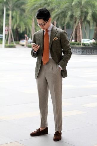 Comment porter: blazer en laine olive, chemise de ville grise, pantalon de costume en laine beige, mocassins à pampilles en daim marron foncé