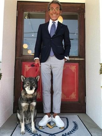 Comment porter: blazer noir, chemise de ville blanche, pantalon de costume en seersucker gris, baskets à enfiler en cuir blanches
