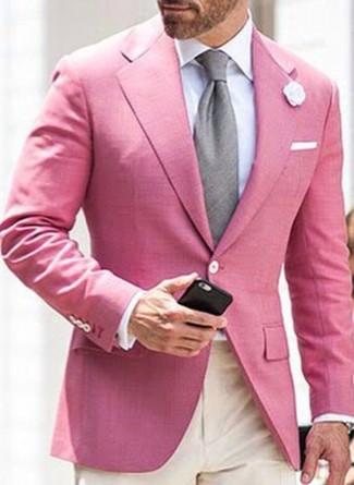 Comment porter: blazer rose, chemise de ville blanche, pantalon de costume beige, cravate grise
