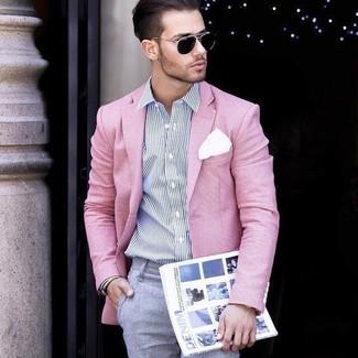 Comment porter: blazer rose, chemise de ville à rayures verticales blanc et bleu marine, pantalon de costume gris, pochette de costume blanche