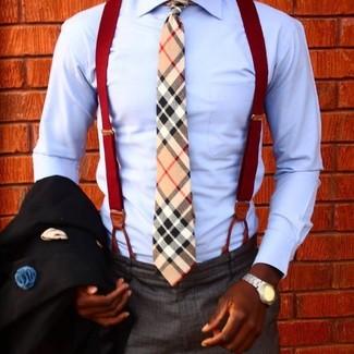 Comment porter: blazer noir, chemise de ville bleu clair, pantalon de costume gris foncé, cravate écossaise marron clair