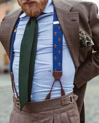 Comment porter: blazer écossais marron, chemise de ville bleu clair, pantalon de costume en laine marron, cravate en tricot vert foncé