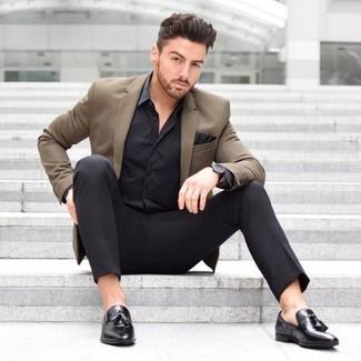 Comment porter: blazer marron, chemise de ville en soie noire, pantalon de costume noir, mocassins à pampilles en cuir noirs