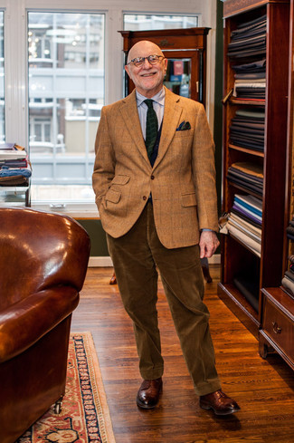 Comment porter: blazer en laine à carreaux marron, chemise de ville à rayures verticales grise, pantalon de costume en velours côtelé marron, chaussures derby en cuir marron