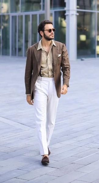 Comment porter: blazer marron, chemise de ville marron clair, pantalon de costume blanc, slippers en daim marron foncé