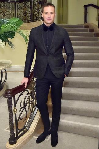 Comment porter: blazer à fleurs noir, chemise de ville bleu marine, pantalon de costume noir, chaussures derby en daim noires