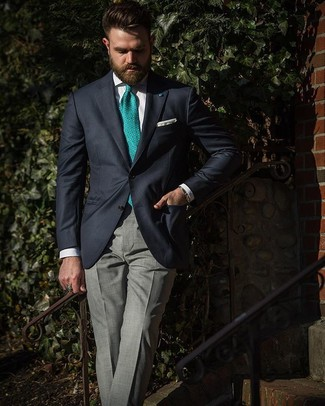 Comment porter: blazer bleu marine, chemise de ville blanche, pantalon de costume écossais gris, cravate imprimée verte