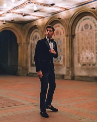 Comment porter: blazer en velours noir, chemise de ville blanche, pantalon de costume bleu marine, slippers en velours noirs