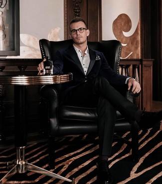 Comment porter: blazer en velours bleu marine, chemise de ville blanche, pantalon de costume noir, chaussures richelieu en cuir noires