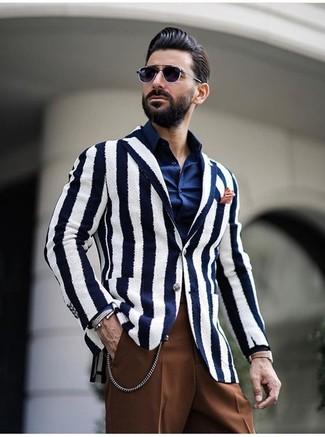 Comment porter: blazer à rayures verticales blanc et bleu marine, chemise de ville bleu marine, pantalon de costume marron, pochette de costume orange