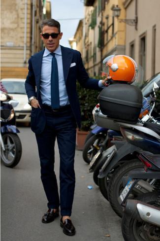 Essaie de marier un blazer bleu marine avec un pantalon de costume bleu marine pour une silhouette classique et raffinée. Pour les chaussures, fais un choix décontracté avec une paire de des mocassins à pampilles en cuir noirs.