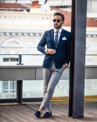 Comment porter: blazer bleu marine, chemise de ville blanche, pantalon de costume gris, slippers en daim bleu marine