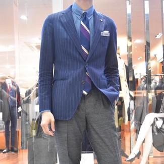 Comment porter: blazer à rayures verticales bleu marine, chemise de ville en chambray bleue, pantalon de costume gris, cravate à rayures verticales bleu marine