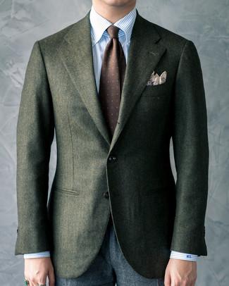Tenue: Blazer en laine vert foncé, Chemise de ville à rayures verticales bleu clair, Pantalon de costume en laine gris foncé, Cravate imprimée marron foncé