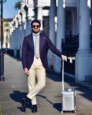 Comment porter: blazer violet, chemise de ville bleu clair, pantalon de costume beige, slippers en cuir noirs