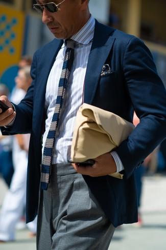 Comment porter: blazer bleu marine, chemise de ville à rayures verticales blanche, pantalon de costume gris, pochette en cuir marron clair