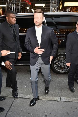 Comment porter: blazer noir, chemise de ville blanche, pantalon de costume à carreaux gris, chaussures derby en cuir ornées noires