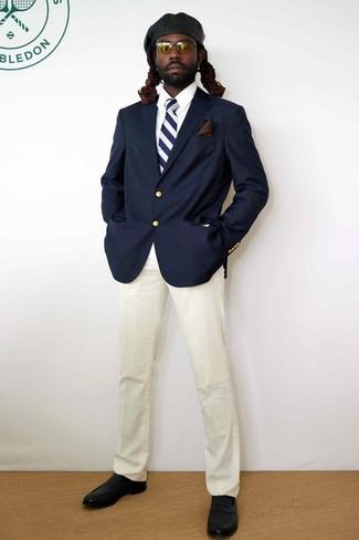 Comment porter une cravate à rayures verticales bleu marine et blanc: Marie un blazer bleu marine avec une cravate à rayures verticales bleu marine et blanc pour une silhouette classique et raffinée. Une paire de des slippers en cuir noirs est une option parfait pour complèter cette tenue.