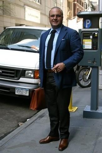 Comment porter une serviette en cuir marron: Essaie d'harmoniser un blazer bleu marine avec une serviette en cuir marron pour une tenue idéale le week-end. Habille ta tenue avec une paire de des chaussures richelieu en cuir marron.