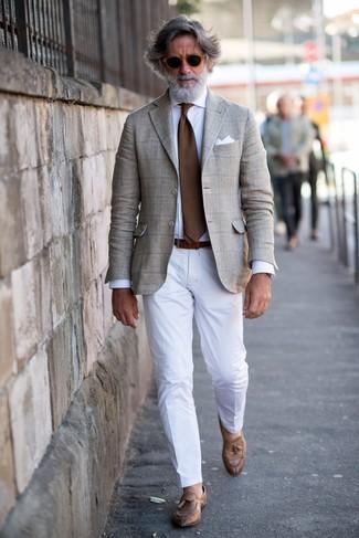 Comment porter: blazer écossais beige, chemise de ville blanche, pantalon de costume blanc, mocassins à pampilles en cuir marron
