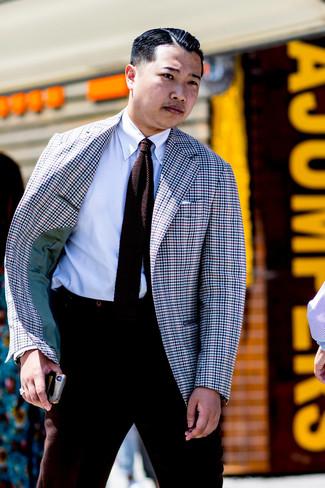 Comment porter: blazer en vichy multicolore, chemise de ville blanche, pantalon de costume en laine marron foncé, cravate en tricot marron foncé