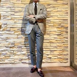 Comment porter: blazer en pied-de-poule gris, chemise de ville blanche, pantalon de costume gris, mocassins à pampilles en cuir pourpre foncé