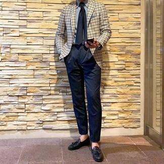 Comment porter: blazer en vichy beige, chemise de ville bleu clair, pantalon de costume bleu marine, mocassins à pampilles en cuir noirs