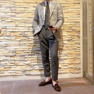 Comment porter: blazer en pied-de-poule beige, chemise de ville blanche, pantalon de costume gris foncé, mocassins à pampilles en daim marron foncé