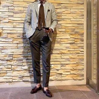 Tenue: Blazer à rayures verticales beige, Chemise de ville blanche, Pantalon de costume gris foncé, Mocassins à pampilles en cuir bordeaux