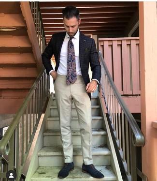 Comment porter: blazer à carreaux gris foncé, chemise de ville blanche, pantalon de costume beige, chaussures richelieu en cuir bleu marine