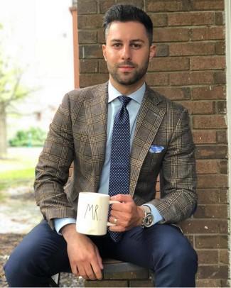 Comment porter une cravate á pois bleu marine et blanc: L'association d'un blazer écossais marron et d'une cravate á pois bleu marine et blanc peut te démarquer de la foule.