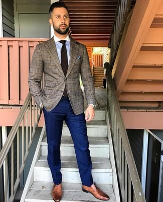 Comment porter: blazer écossais marron, chemise de ville à rayures verticales bleu clair, pantalon de costume bleu marine, chaussures derby en cuir marron