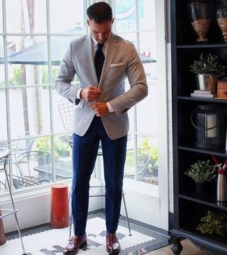 Comment porter: blazer gris, chemise de ville blanche, pantalon de costume bleu marine, slippers en cuir bordeaux