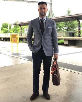 Comment porter une cravate imprimée cachemire vert foncé: Essaie d'harmoniser un blazer écossais gris avec une cravate imprimée cachemire vert foncé pour un look classique et élégant. Une paire de des slippers en daim marron foncé est une option astucieux pour complèter cette tenue.