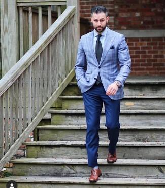 Comment porter: blazer écossais bleu clair, chemise de ville bleu clair, pantalon de costume bleu marine, chaussures richelieu en cuir marron