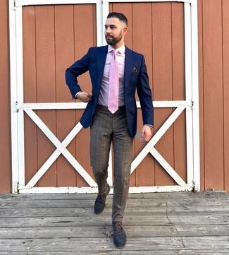 Tenue: Blazer bleu marine, Chemise de ville rose, Pantalon de costume écossais marron, Chaussures richelieu en cuir bleu marine