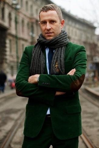 Comment porter: blazer en velours côtelé vert foncé, chemise de ville bleu clair, pantalon de costume en velours côtelé vert foncé, cravate bleu marine