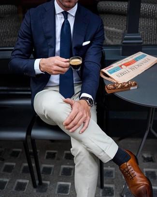 Comment porter: blazer bleu marine, chemise de ville blanche, pantalon de costume beige, chaussures richelieu en cuir marron