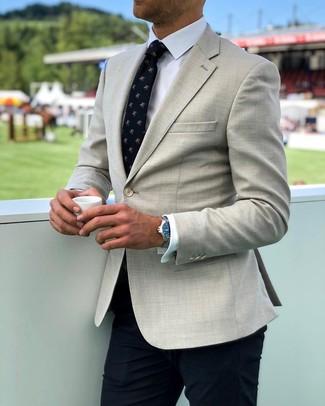 Comment porter: blazer beige, chemise de ville blanche, pantalon de costume bleu marine, cravate imprimée bleu marine
