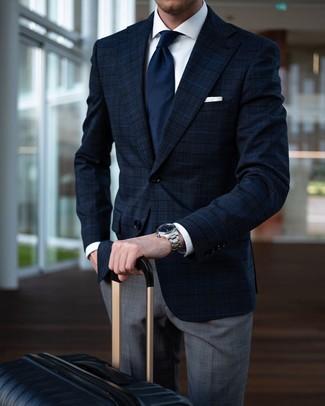 Comment porter: blazer écossais bleu marine, chemise de ville blanche, pantalon de costume écossais gris, valise noire