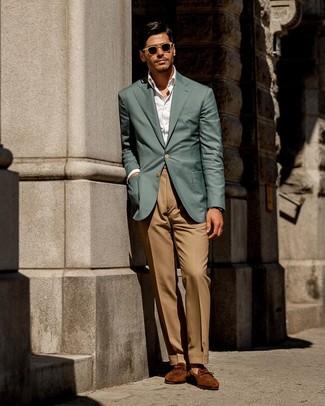 Comment porter: blazer bleu canard, chemise de ville blanche, pantalon de costume marron clair, slippers en daim tabac