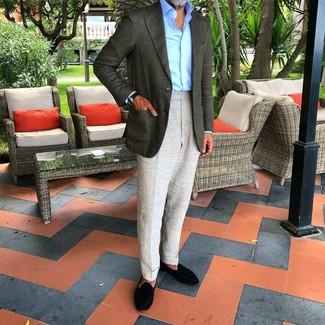 Comment porter: blazer vert foncé, chemise de ville bleu clair, pantalon de costume gris, slippers en daim noirs