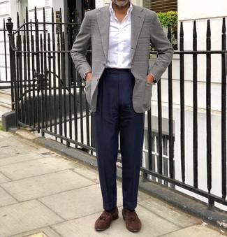 Comment porter: blazer en pied-de-poule gris, chemise de ville blanche, pantalon de costume bleu marine, mocassins à pampilles en daim marron