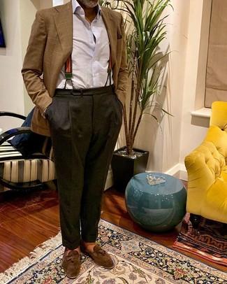 Comment porter: blazer écossais marron, chemise de ville blanche, pantalon de costume gris foncé, mocassins à pampilles en daim marron