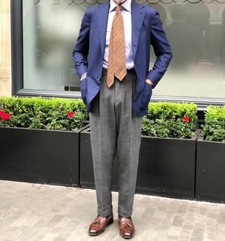 Comment porter: blazer bleu marine, chemise de ville à rayures verticales bleu clair, pantalon de costume en laine gris, mocassins à pampilles en cuir marron