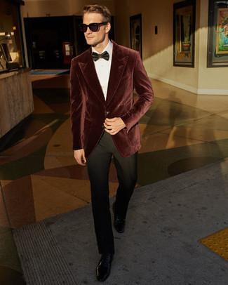 Comment porter un blazer en velours bordeaux: Porte un blazer en velours bordeaux et un pantalon de costume noir pour un look classique et élégant. Une paire de des chaussures derby en cuir noires est une option parfait pour complèter cette tenue.