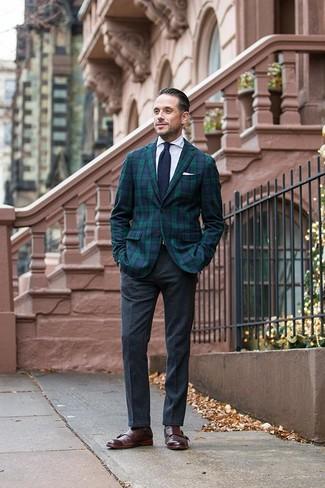 Comment porter une cravate en tricot bleu marine: Pense à marier un blazer écossais bleu marine et vert avec une cravate en tricot bleu marine pour un look pointu et élégant. Une paire de des double monks en cuir marron foncé est une option judicieux pour complèter cette tenue.