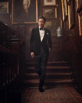 Comment porter: blazer en velours noir, chemise de ville blanche, pantalon de costume écossais vert foncé, slippers en daim noirs