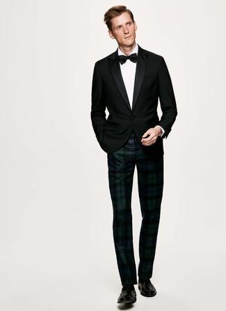 Comment porter: blazer noir, chemise de ville blanche, pantalon de costume écossais bleu marine et vert, slippers en cuir noirs