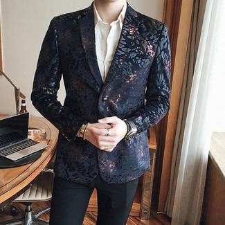 Comment porter: blazer en brocart noir, chemise de ville blanche, pantalon de costume noir, montre en cuir noire